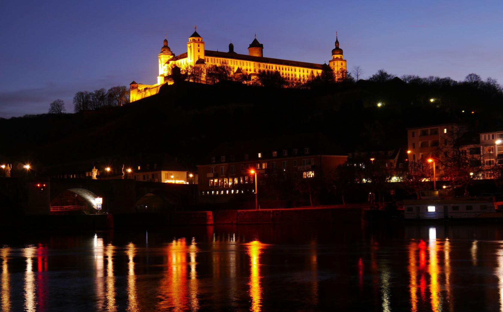 Feste Marienberg oberhalb von Würzburg bei Nacht