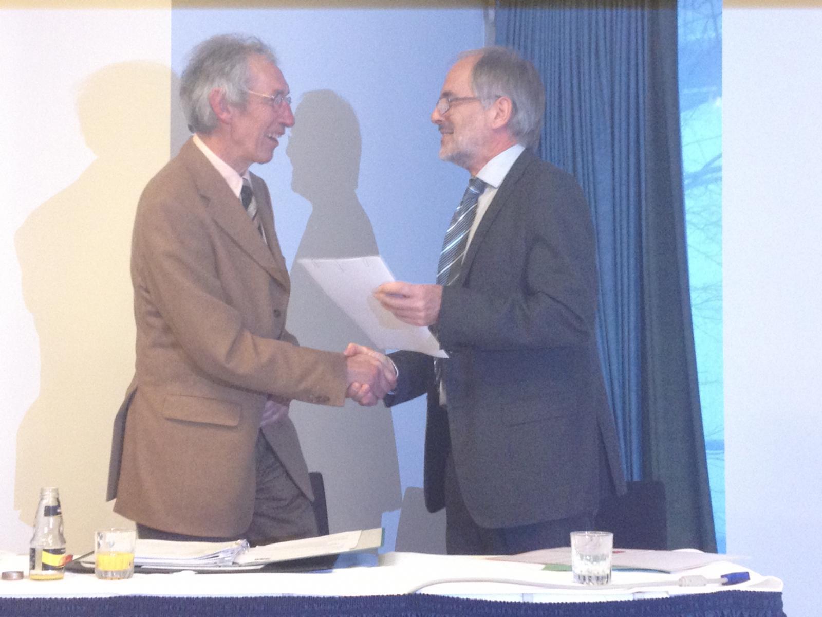 Herr Dr. Bernd-Ulrich Linder dankt Herr Reinhard Stüting zur jahrelang geleisteten Vorstandsarbeit.