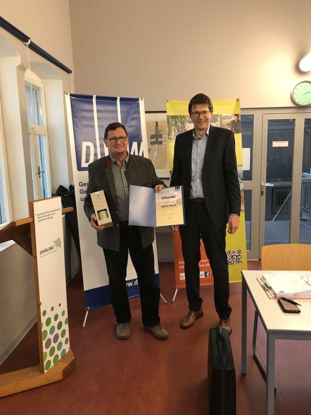 Der Vorsitzende des DVW Saarland zeichnet den langjährigen Schatzmeister mit der silbernen Ehrennadel aus